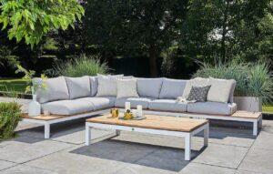 Een houten loungeset op grote grijze tegels