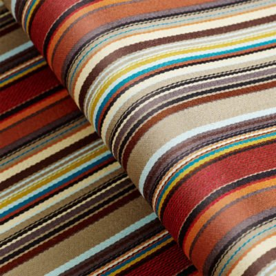 Een opgerolde stof met een kleurrijk streepjes patroon