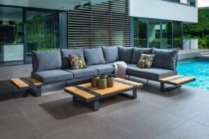 Luxe loungeset naast een helderblauw zwembad